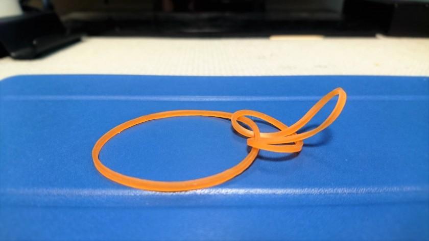 STEP1:輪ゴムを使って大きな輪を作る